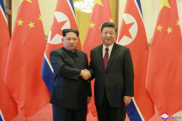 El líder norcoreano, Kim Jong-un, saluda al presidente chino, Xi Jinping, en Pekín.