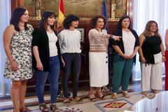 La ministra de Hacienda, María Jesús Montero, junto a las representantes de la Asociación de Afectadas y Afectados por el IRPF de Maternidad y Paternidad.