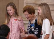 La Princesa (i) y la Infanta ayudan a Clotilde Veniel Gómez, de 107 años, a volver a su asiento.