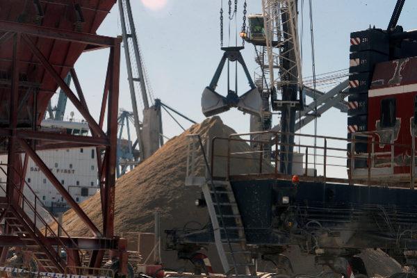 Trabajos de carga de arcilla en el puerto de Castellón.