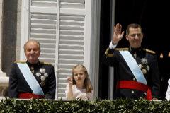 Juan Carlos I y Felipe VI, junto a la infanta Leonor, durante la proclamación del actual Rey en el balcón de la plaza de Oriente