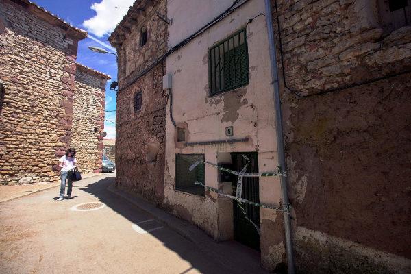GRAF1124. POZONDÓN (TERUEL), 19/06/2019.- Vista del portal precintado de la casa en Pozondón (Teruel) donde la Guardia Civil ha hallado a una mujer muerta. La Guardia Civil ha detenido este miércoles a dos personas como presuntas autoras de un delito de asesinato en Pozondón (Teruel), según han confirmado a Efe fuentes de la Guardia Civil, después de que el juez haya ordenado el levantamiento del cadáver de una anciana en una casa de esta localidad. EFE/ Antonio García