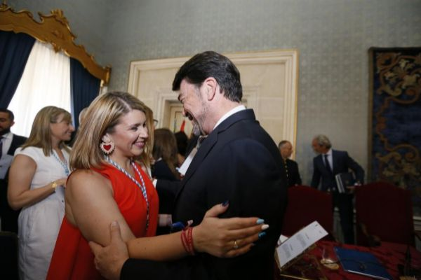 Mari Carmen Sánchez y Luis Barcala se abrazan tras el pleno de investidura del pasado 15 de junio