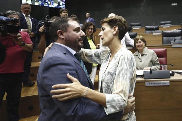 GRAFCAV5505. PAMPLONA (NAVARRA), 19/06/2019.- La socialista, María Chivite (d), felicita al nuevo presidente del Parlamento de Navarra, Unai Hualde (i), de Geroa Bai, este miércoles durante la sesión constitutiva del Parlamento de Navarra con la que da comienzo la X Legislatura, un trámite de gran relevancia en el que se elige a la presidencia y a la Mesa que gobernarán la institución durante los próximos cuatro años. EFE/ Jesús Diges.
