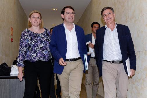 Alfonso Fernández Mañueco, junto al equipo negociador del PP