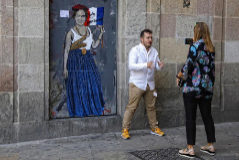 El graffiti de Ada Colau se ha convertido en un nuevo reclamo turístico.