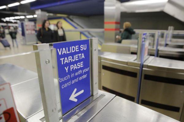 Tornos abiertos en la estación de Metro de Lavapiés.