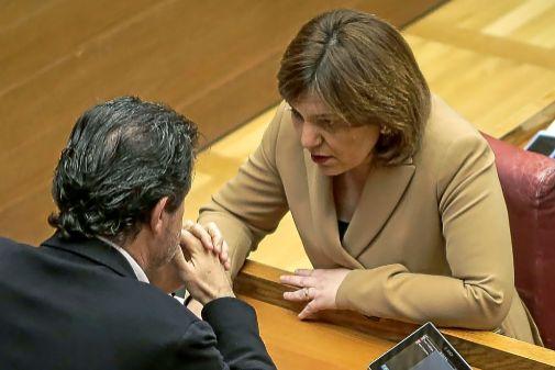 Isabel Bonig conversa con José Císcar en una sesión del pleno de Las Cortes.
