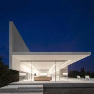 Casa Hoffman: magia y geometría en blanco nuclear