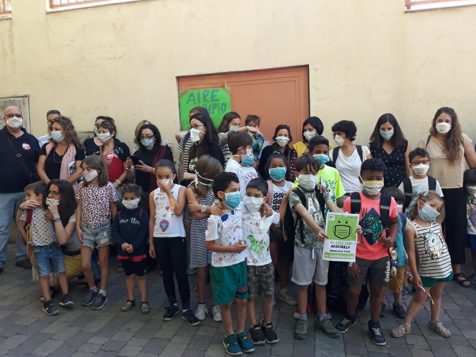 Padres y alumnos, con mascarillas, en la protesta de ayer. EUROPA PRES