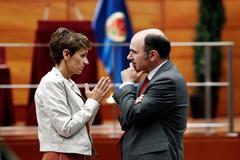 La presidenta del PSN y candidata a presidir Navarra, María Chivite, conversa con el vicepresidente en funciones Manu Ayerdi de Geroa Bai.