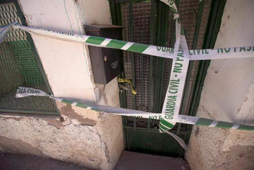 Fachada precintada de la casa de Teruel donde se halló el cuerpo