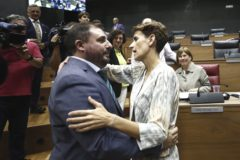 La socialista, María Chivite y el nuevo presidente del Parlamento de Navarra, Unai Hualde, de Geroa Bai.