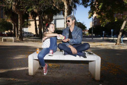 Noelia Vinal y Manuel Lorenzo comparten unas pipas en el barrio de la Bellesa del foc infantil.