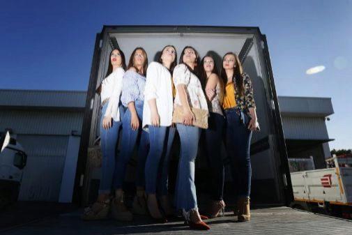 Las damas del foc. Agradecimientos al concesionario Mercedes, Hijos de Manuel Crespo por las localizaciones.