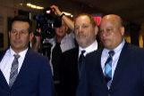 Weinstein, llegando a los juzgados, con parte de su equipo de abogados.