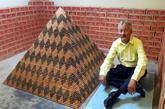 Cory Nielsen, de 55 años, junto a su pirámide 'Cooper Beast'...