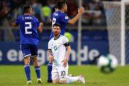 Messi, ante Piris y Rojas durante el partido en Belo Horizonte.