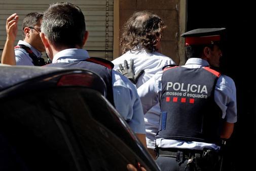 Los Mossos d'Esquadra trasladan al hombre que han detenido por su supuesta relación con la desaparición de su ex pareja en Terrassa