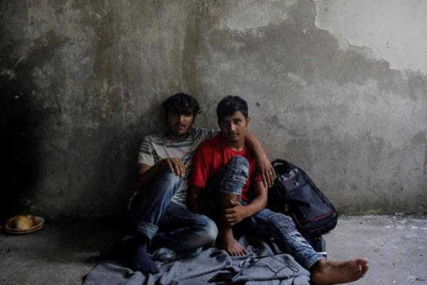 Dos inmigrantes afganos en una fábrica cercana a la frontera entre Croacia y Serbia.