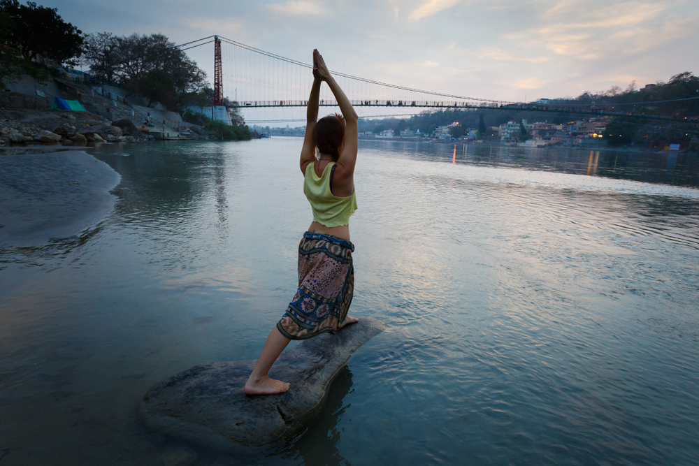 Los <strong>Vedas </strong>o textos sagrados fueron escritos en el norte de la India hace más de 2.000 años, siendo los <em>rishis </em>(gurús) los encargados de transmitir las diferentes <em>asanas </em>(o posturas) al resto de la población. En este contexto Rishikesh, en el estado de Uttarakhand, se alza como la <strong>capital mundial del yoga.</strong> Una ciudad asomada al río Ganges donde los centros yóguicos superan al número de personas. Como curiosidad, <strong>Chaurasi Kutia </strong>es el <em>ashram </em>que acogió el retiro espiritual de Los Beatles en 1968. Recomendamos <strong>Ananda in the Himalayas</strong>, uno de los <em>resorts </em>más fascinantes de la India y una meca del wellness donde practicar yoga.
