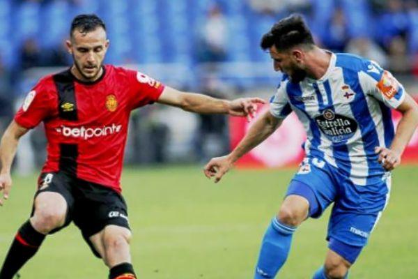 Joan Sastre ante Borja Valle, en un momento del reciente partido de Liga jugado por Mallorca y Deportivo en Riazor.