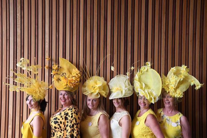 Un grupo de mujeres viste de amarillo para acudir a Ascot