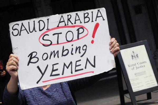 Un manifestante sostiene, frente a un tribunal en Londres, un cartel contra los bombardeos saudíes en Yemen.