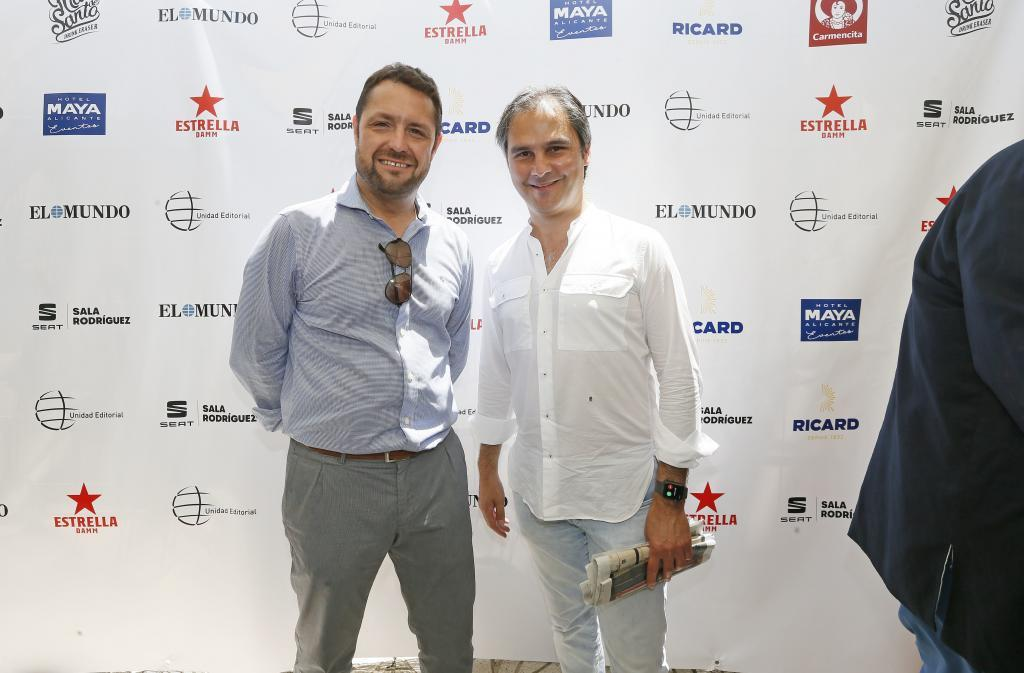 El responsable de publicidad de EL MUNDO Alicante (i) junto al...