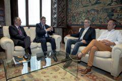 El presidente Ximo Puig, en el centro, con Salvador Navarro (CEV), Arturo León (CCOO) e Ismael Sáez (UGT).
