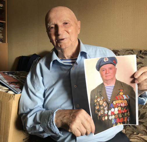 Vladimir Kuts posa en Moscú con sus medallas por salvar la vida a varios soldados norteamericanos.