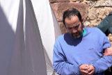 El hijo de la mujer hallada muerta en Pozondón, acompañado por agentes de la Guardia Civil.