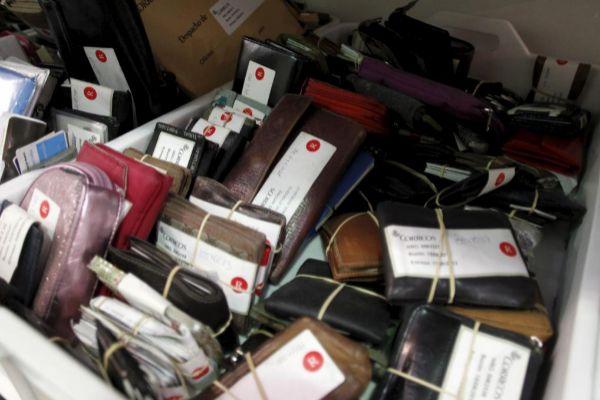 Carteras almacenadas en la Oficina de Objetos Perdidos del Ayto. de Madrid.