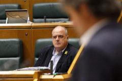 El portavoz del PNV Joseba Egibar escucha a Pello Urizar de EH Bildu en el Parlamento.