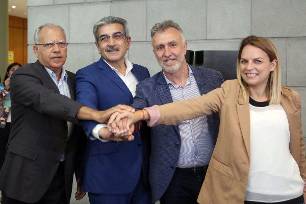 Ángel Víctor Torres (2º, dcha.), líder del PSOE canario, que será presidente regional, con sus socios.