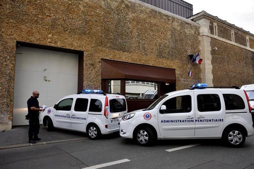 Vehículos policiales ante a prisión de La Sante donde se encuentra Ternera