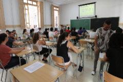 Participantes en las oposiciones, durante una de las pruebas en el instituto Francisco Ribalta de Castellón.