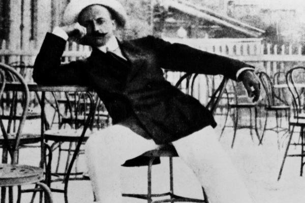 Filippo T. Marinetti con pose arlequinesca, en la década de 1910.