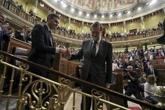 Mariano Rajoy se despide de Pedro Sánchez tras la moción de censura del ex presidente.