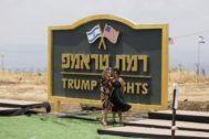 Mujeres israelíes visitan un nuevo asentamiento judío llamado Altos de Trump, en honor al presidente de EEUU tras haber reconocido la soberanía israelí en los Altos del Golán.