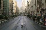Escena de la película 'Abre los ojos', rodada en la Gran Vía de Madrid completamente vacía.