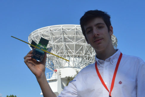 El joven Julián Fernández posa con el minisatélite que ha inventado.