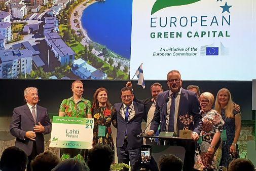 Representantes de la ciudad finlandesa de Lahti reciben, ayer, la capitalidad verde europea para 2021. Ya ha reducido en un 70% la emisión de gases.