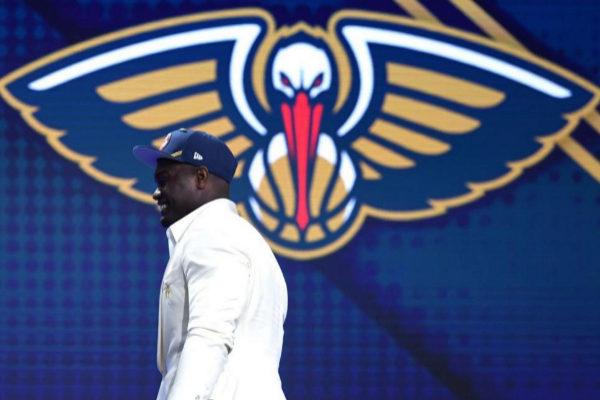 Zion Williamson sube al escenario tras ser elegido el número uno del draft.