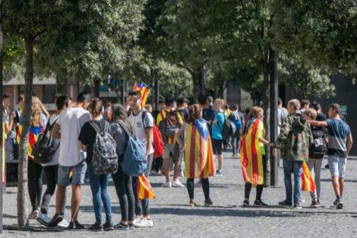 Concentración de estudiantes delante de un colegio de Barcelona.