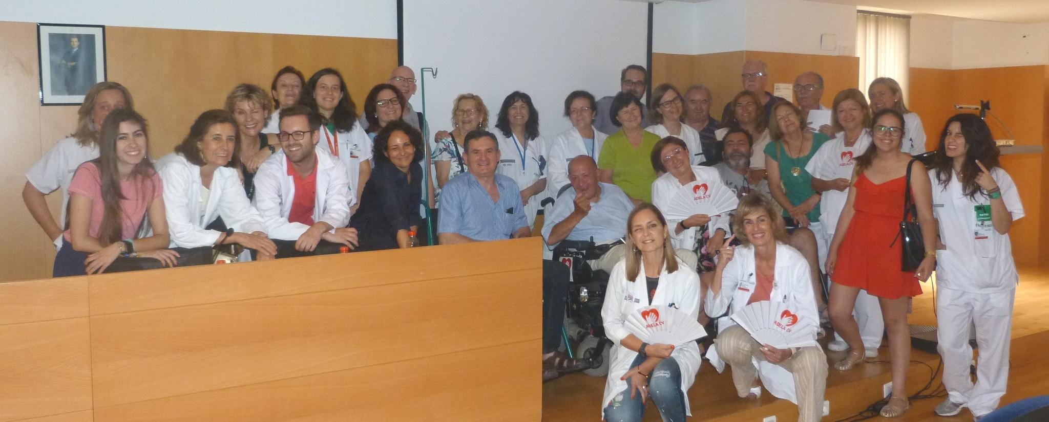 Participantes en la jornada hacen un guiño por la ELA