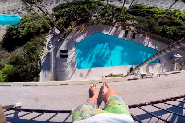 Fotograma del vídeo grabado por un 'youtuber' en 2016 saltando a la piscina de un hotel en el que se coló.