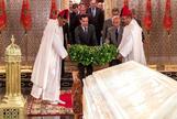 Moreno Bonilla, en el momento de realizar la ofrenda en el mausoleo de Mohammed V.