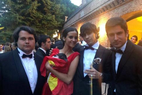 Victoria Federica junto a varios amigos y su mini cerdo en la fiesta