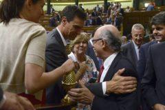 El actual presidente del Gobierno, Pedro Sánchez, felicita en 2014 al entonces ministro de Hacienda, Cristóbal Montoro.